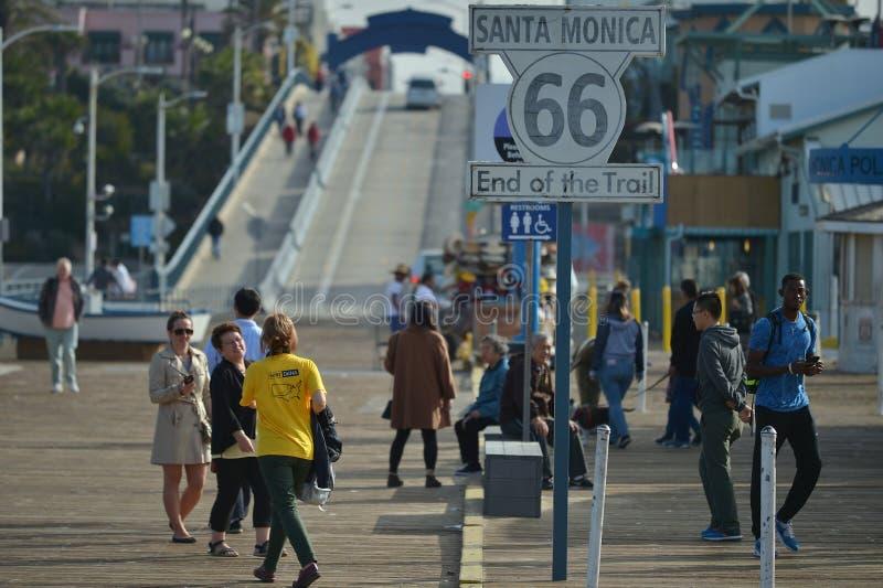Santa Monica, la Californie, Etats-Unis, le 16 avril 2017 : Extrémité du signe de traînée pour ceux qui concurrencent la route de photos libres de droits