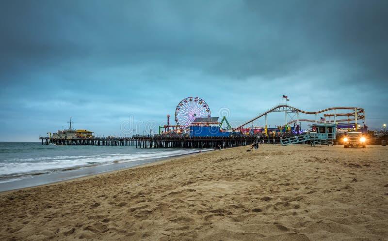 Santa Monica Pier avec beaucoup de visiteurs à une soirée nuageuse, Los Angeles photo libre de droits