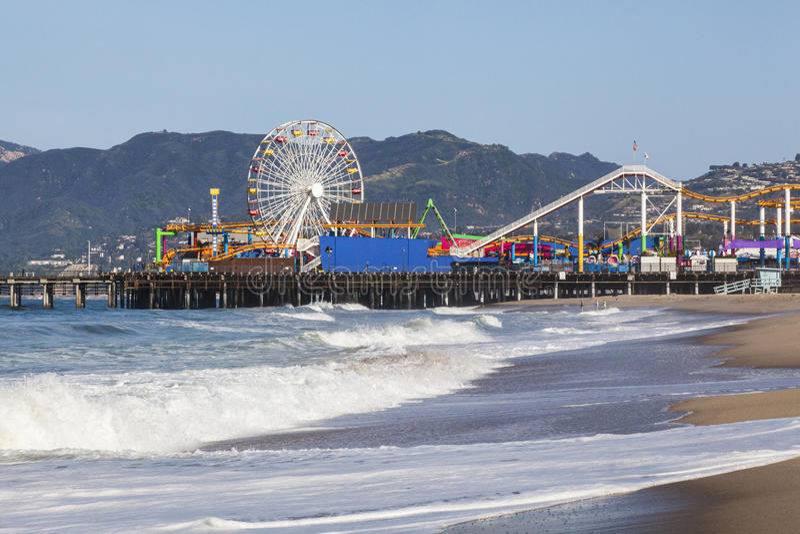 Santa Monica Pier avec le premier plan d'océan et le fond de montagne photo stock
