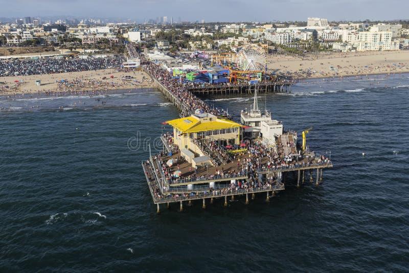 Santa Monica Pier Busy Summer Crowds Aerial foto de stock royalty free