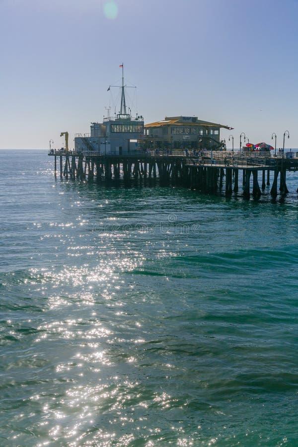 Santa Monica Pier sobre el agua en Los Ángeles imagen de archivo