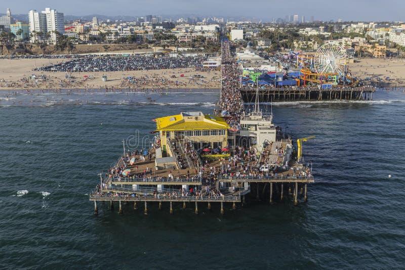 Santa Monica Pier Summer Tourists Aerial lizenzfreie stockfotos
