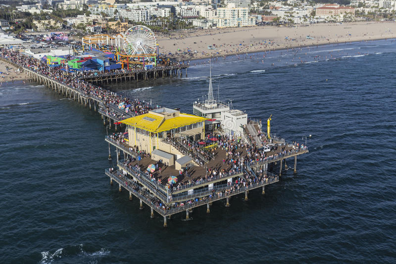 Santa Monica Pier Summer Weekend Crowds Aerial imagenes de archivo