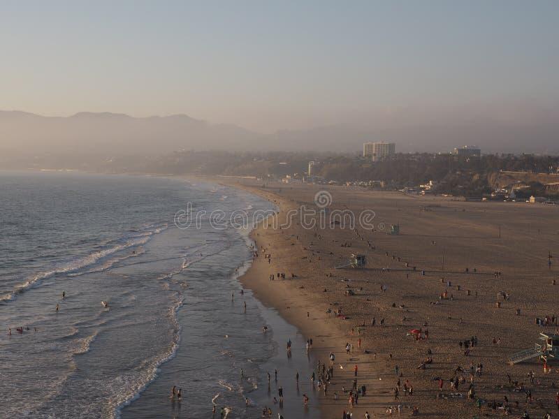 Santa Monica strand på skymning arkivfoton