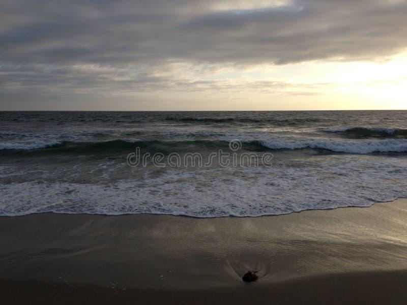 Santa Monica-Strandwellen lizenzfreie stockbilder