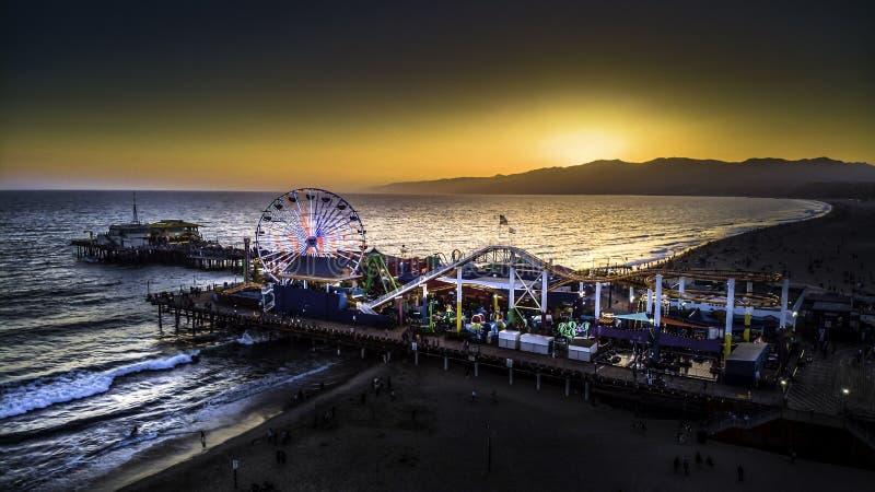 Santa Montica-pijlerzonsondergang in Californië stock foto's