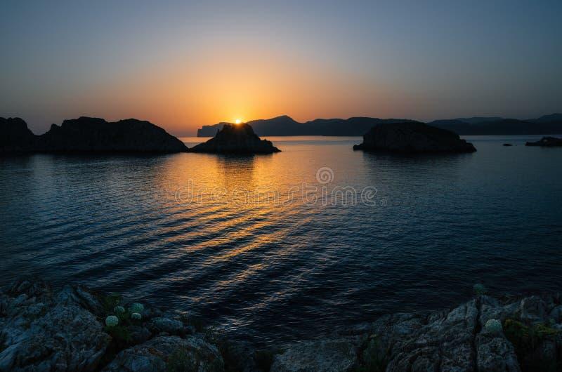 Santa Ponsa kustlinje på solnedgången i Mallorca, Spanien royaltyfri foto