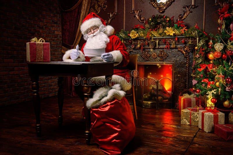Santa pracuje obraz stock