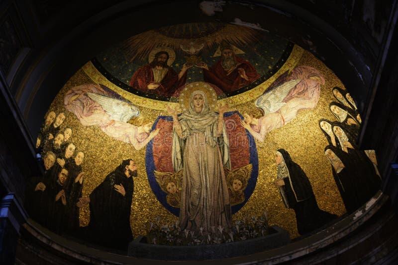 Santa Prassede en Roma Italia es una pequeña iglesia que contiene un segmento alegado del pilar sobre el cual azotaron a Jesús y  fotografía de archivo