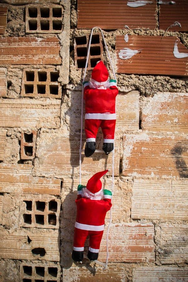 Santa que escala uma parede do grunge fotografia de stock