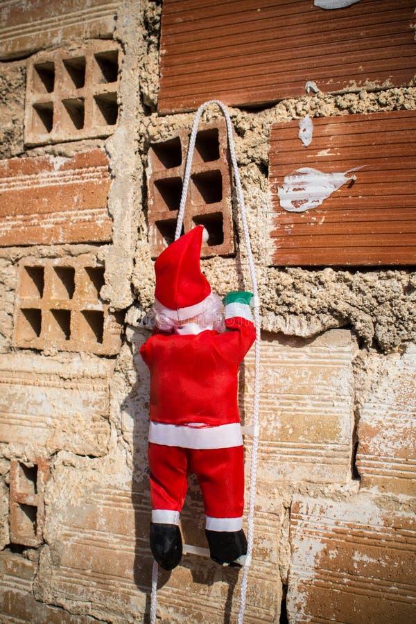 Santa que escala uma parede do grunge foto de stock royalty free