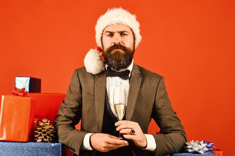Santa in retro vestito vicino ai regali su fondo rosso immagini stock