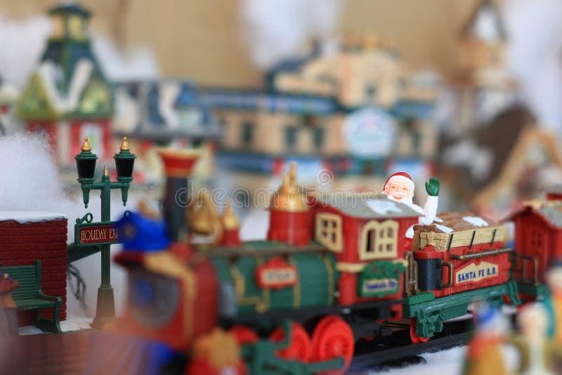 Santa Riding en una estatuilla del pueblo de la Navidad del tren foto de archivo