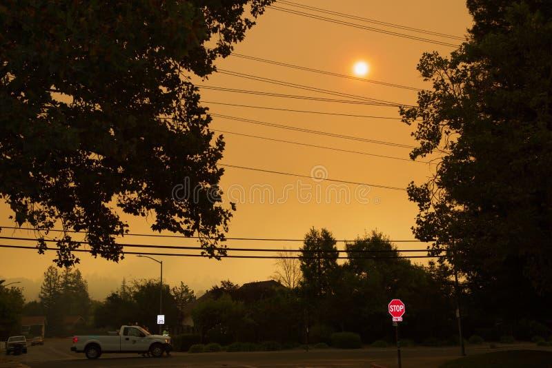 Santa Rosa - Larkfield-Wikiup, fogo da avenida do aeroporto evacuação imagens de stock