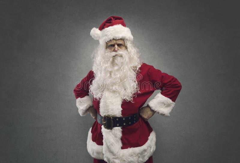 Santa segura fresca que levanta com os braços akimbo foto de stock royalty free