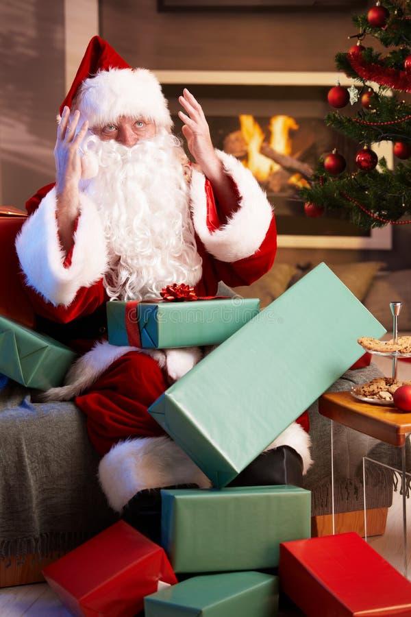 Santa semblant détruite ayant excessif travail photos stock