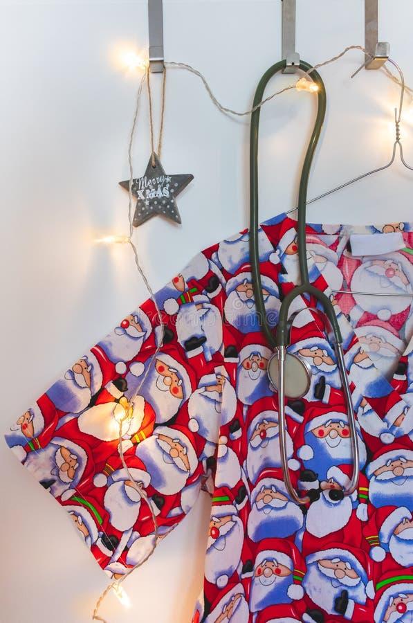 Santa sfrega, stetoscopio, Natale stella e luci immagine stock libera da diritti