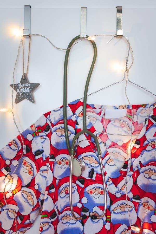 Santa sfrega, stetoscopio, Natale stella e luci fotografia stock