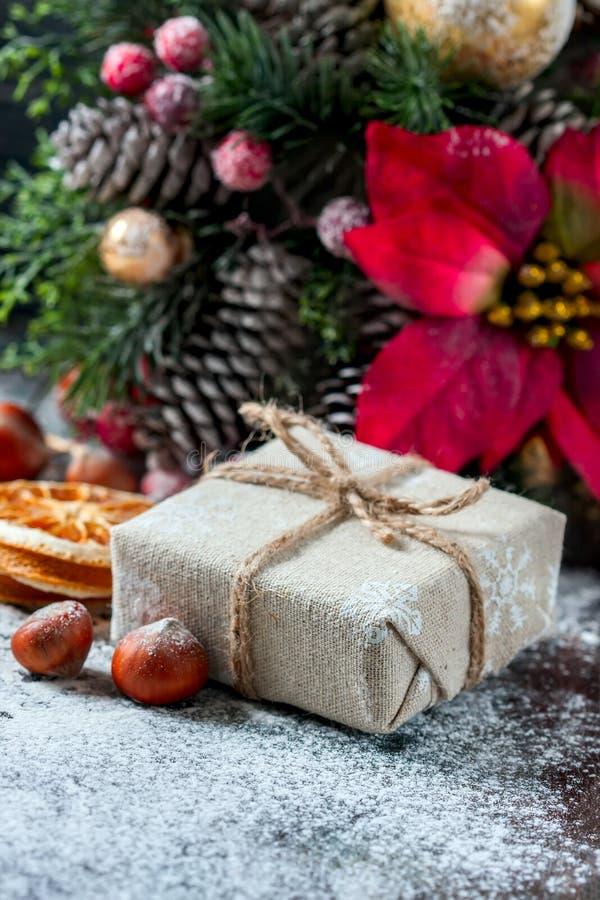 Santa Teddy Bear, caja de regalo envolvió el paño de lino y adornada con el cordón, decoración de la Navidad en backg marrón de l fotos de archivo