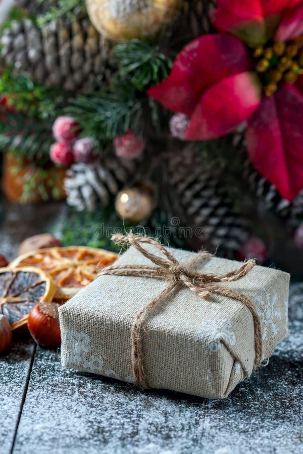 Santa Teddy Bear, caja de regalo envolvió el paño de lino y adornada con el cordón, decoración de la Navidad en backg marrón de l imagen de archivo