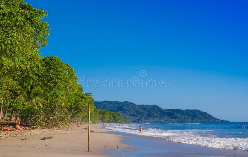 Santa Teresa Costa Rica - Juni, 28, 2018: Utomhus- sikt av surfare på stranden av Santa Teresa i en härlig solig dag royaltyfria foton