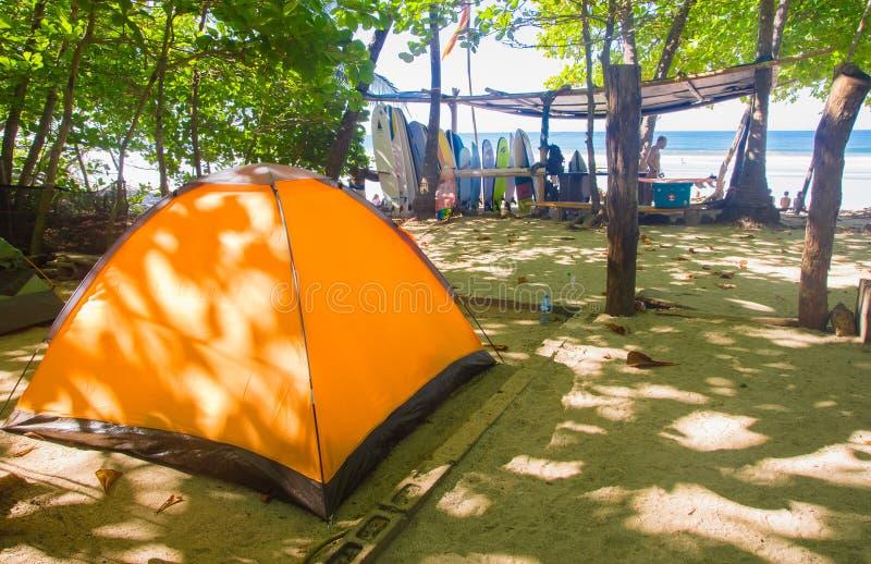 Santa Teresa Costa Rica - Juni, 28, 2018: Utomhus- siktssikt av det orange lägertältet för turister med någon surfingbräda i arkivfoton