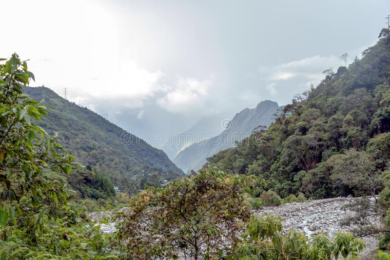 Santa Teresa rzeka w zielonej luksusowej dolinie Andes góry, Peru fotografia stock
