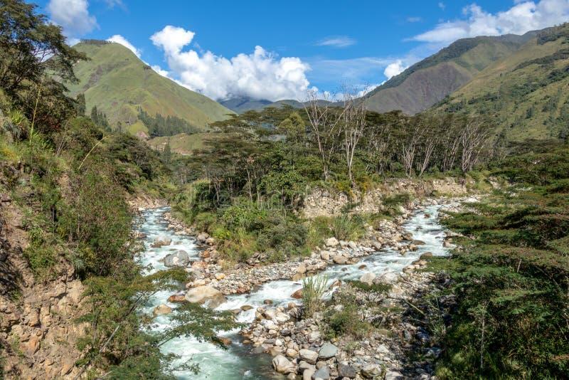 Santa Teresa rzeka w zielonej luksusowej dolinie Wycieczkować ślad Mach Picchu, Peru zdjęcia stock