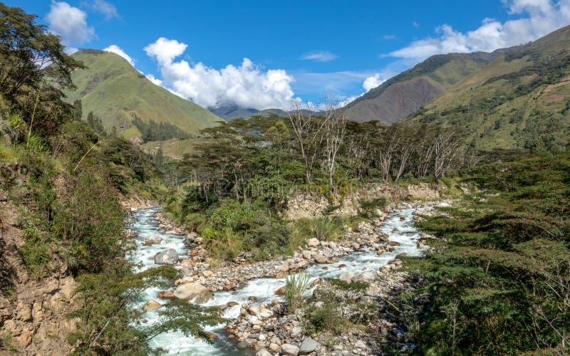 Santa Teresa rzeka w zielonej luksusowej dolinie Wycieczkować ślad Mach Picchu, Peru obrazy royalty free