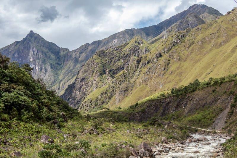 Santa Teresa rzeka w zielonej luksusowej dolinie Wycieczkować ślad Mach Picchu, Peru obrazy stock