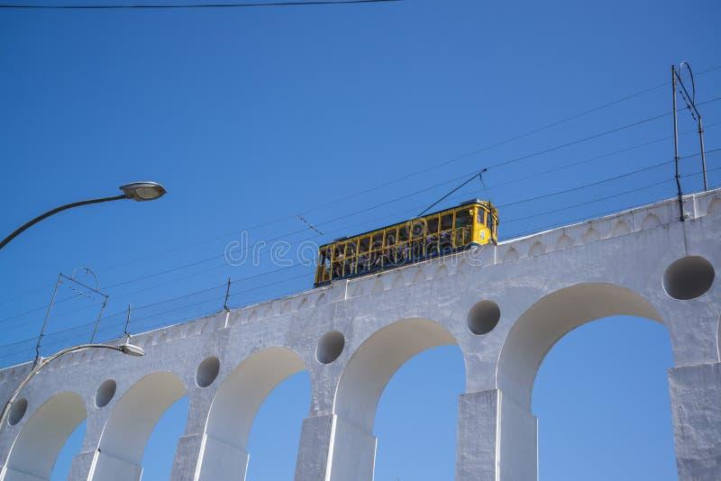 Santa Teresa Tramway på Arcos da Lapa, Rio de Janeiro, Brasilien arkivfoton