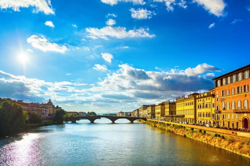 Santa Trinita Bridge en el río de Arno, paisaje de la puesta del sol Florencia, foto de archivo