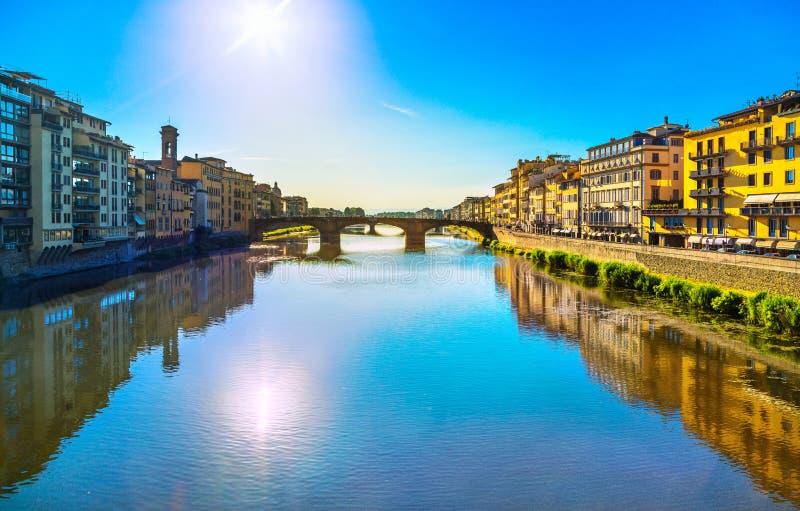 Santa Trinita Bridge en el río de Arno, paisaje de la puesta del sol Florencia, imágenes de archivo libres de regalías