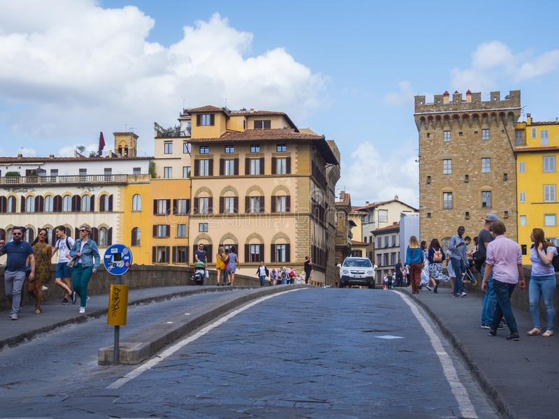 Santa Trinita Bridge sopra il Arno nella città di Firenze - di FIRENZE/ITALIA - 12 settembre 2017 immagine stock