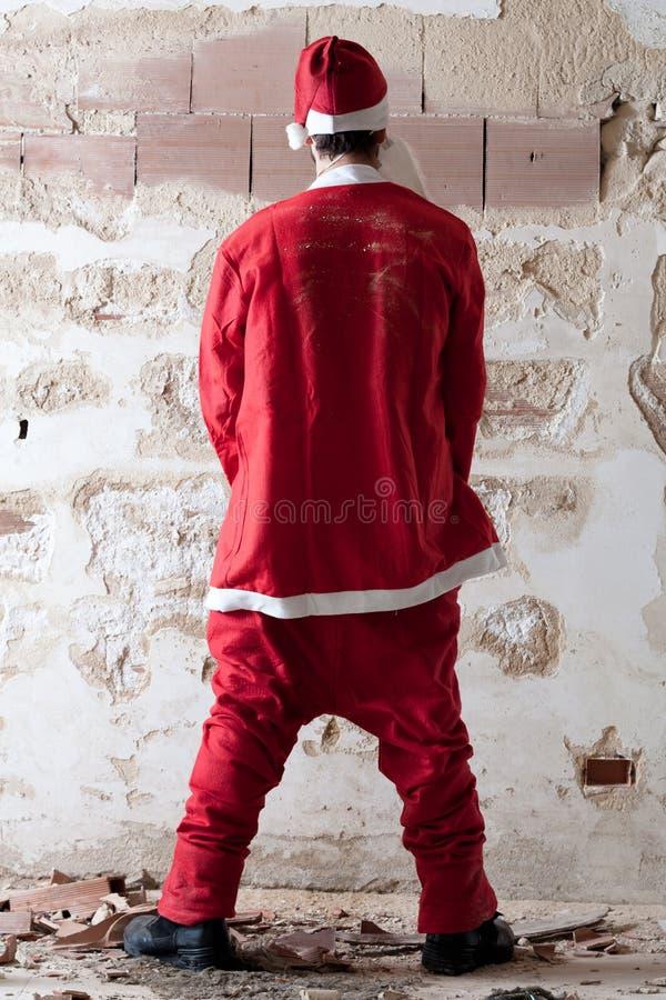 Santa urinant sur un mur images stock