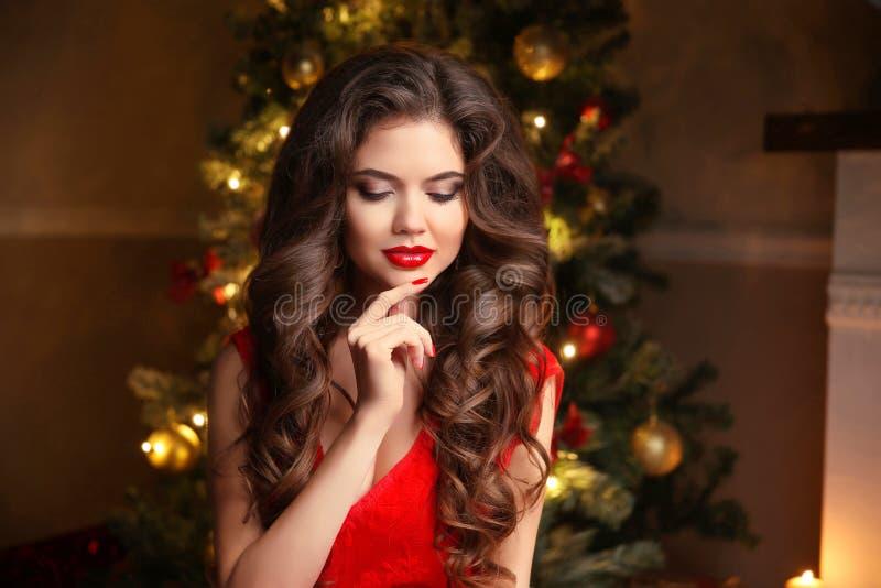 Santa van Kerstmis Mooi het glimlachen vrouwenmodel makeup Gezond royalty-vrije stock fotografie