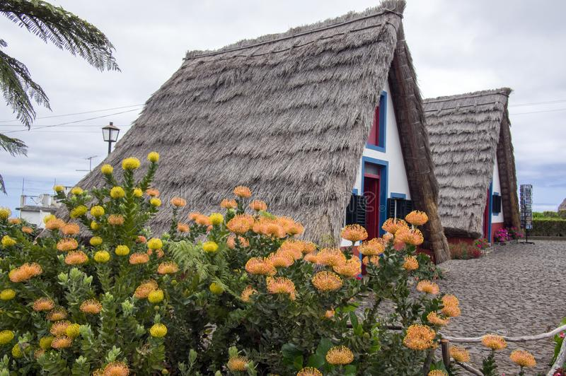 Santana, Μαδέρα/ΠΟΡΤΟΓΑΛΙΑ - 19 Απριλίου 2017: Οι παραδοσιακές αγροικίες στο νησί της Μαδέρας στο χωριό Santana είναι τουριστικό  στοκ εικόνα με δικαίωμα ελεύθερης χρήσης