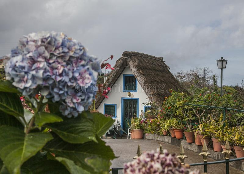 Santana, Madeira - casas tradicionales en un día nublado fotos de archivo