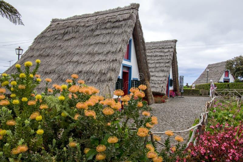 Santana, Madeira/PORTUGAL - 19 de abril de 2017: Los cortijos tradicionales en la isla de Madeira en el pueblo Santana son atracc foto de archivo