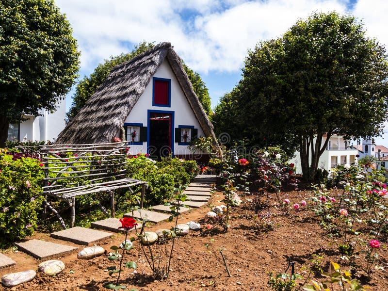 Santana in Madera is een mooi dorp op de het noordenkust wordt gekend door zijn kleine met stro bedekte driehoekige huizen Dragon stock fotografie