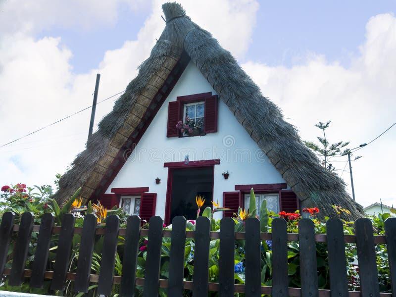 Santana in Madera is een mooi dorp op de het noordenkust wordt gekend door zijn kleine met stro bedekte driehoekige huizen Dragon stock afbeeldingen