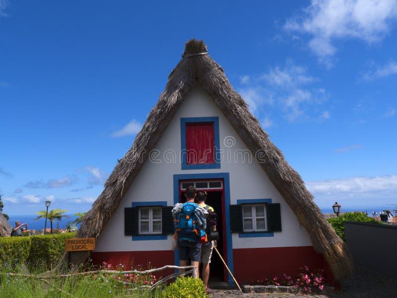 Santana in Madera is een mooi dorp op de het noordenkust wordt gekend door zijn kleine met stro bedekte driehoekige huizen Dragon royalty-vrije stock fotografie