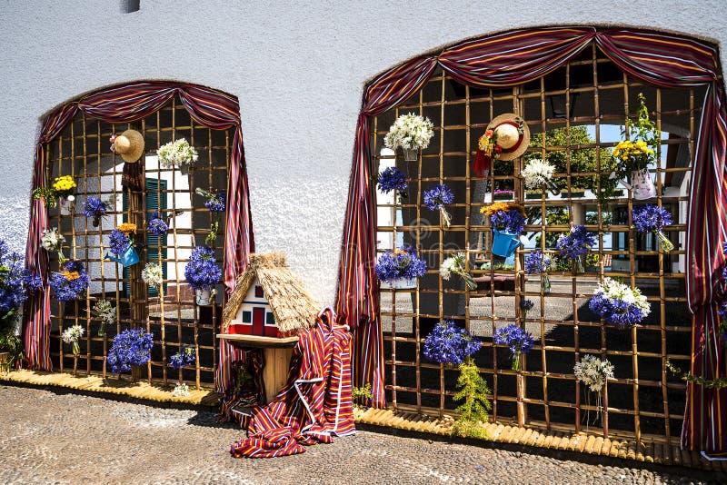Santana w maderze jest pięknym wioską na północnym wybrzeżu zna swój małymi pokrywającymi strzechą trójgraniastymi domami obraz royalty free