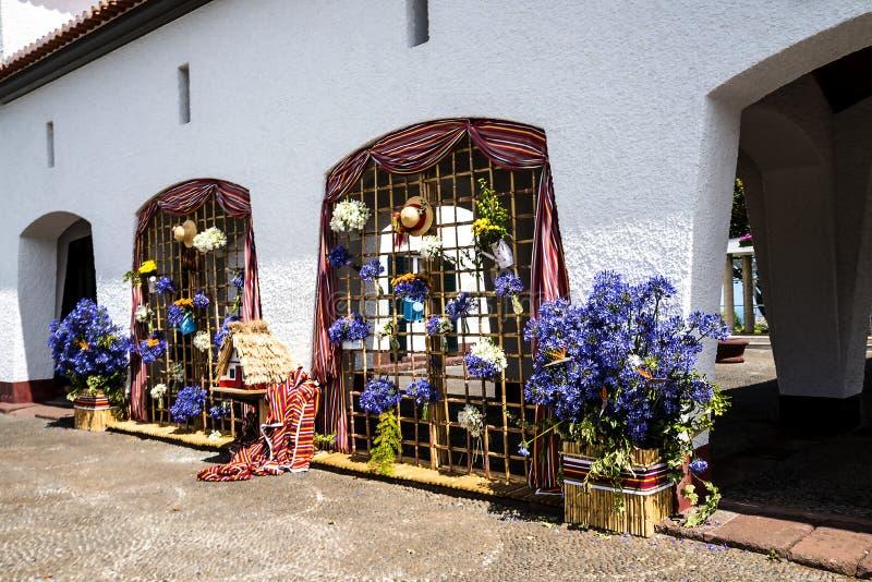 Santana w maderze jest pięknym wioską na północnym wybrzeżu zna swój małymi pokrywającymi strzechą trójgraniastymi domami zdjęcie stock