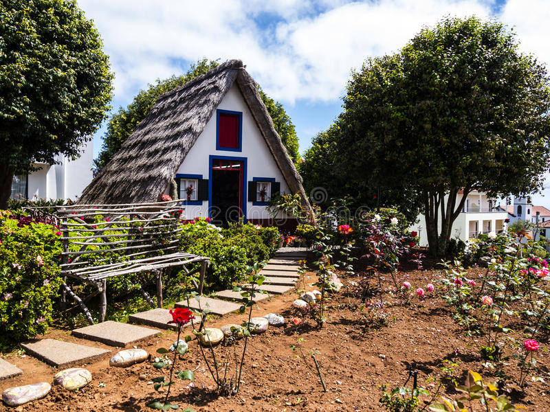 Santana w maderze jest pięknym wioską na północnym wybrzeżu zna swój małymi pokrywającymi strzechą trójgraniastymi domami Smoków  fotografia stock