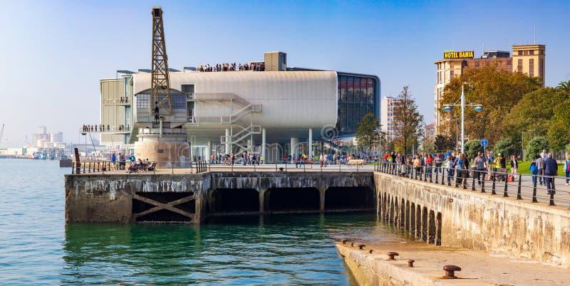 SANTANDER SPANIEN - Oktober 21, 2018 Maritimt gå av Santander Cantabria på en solig dag Folk som går sidosikten av stenen arkivfoton