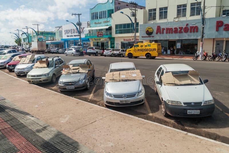 SANTAREM, BRASILIEN - 29. JULI 2015: Parkendes Auto haben den Pappsonnenschutz, der in einem tropischen climat nützlich ist lizenzfreies stockfoto