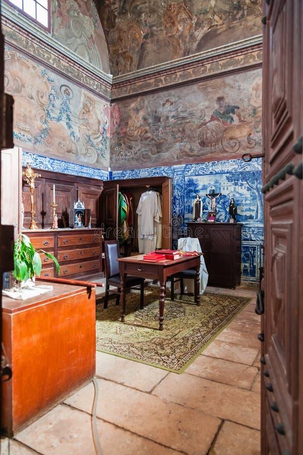 Santarem, Portugal - de Barokke sacristie met blauwe tegels en fresko's schilderde in de muren en het plafond royalty-vrije stock afbeelding