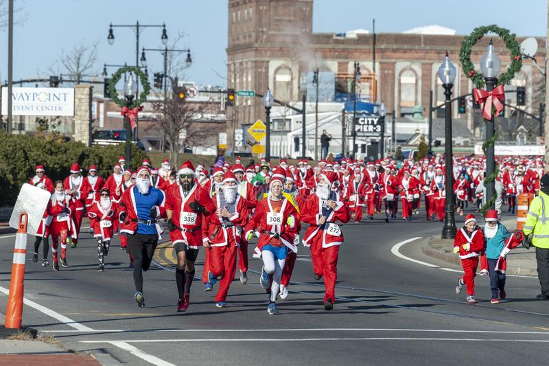 Santas στο τρέξιμο στοκ φωτογραφίες