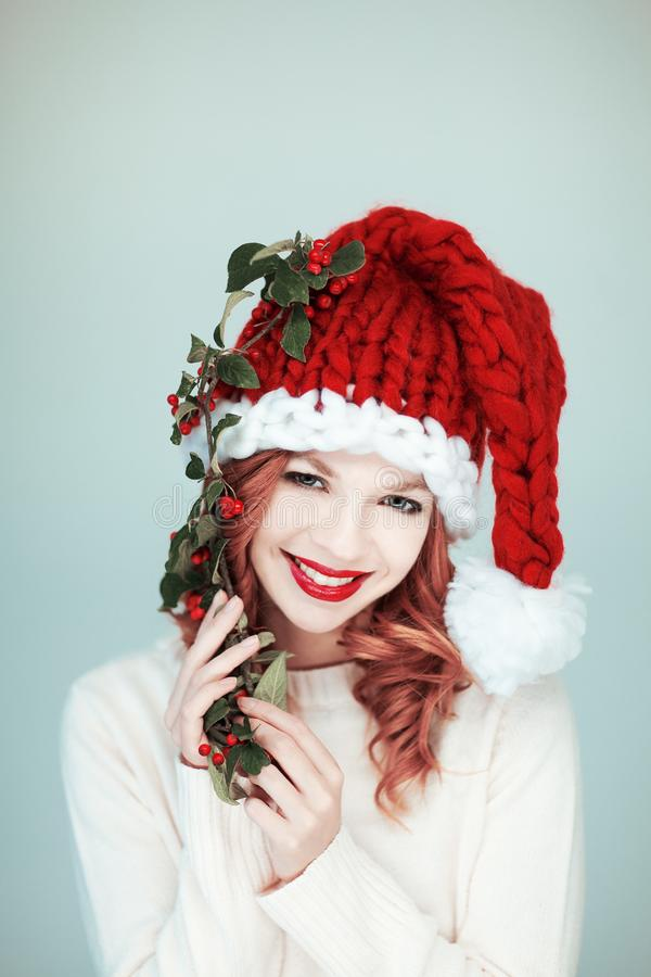 Santas liten hjälpreda Härlig lycklig ung kvinna med en Santa Claus hatt arkivfoton